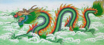 Зеленый дракон поворачивает голову